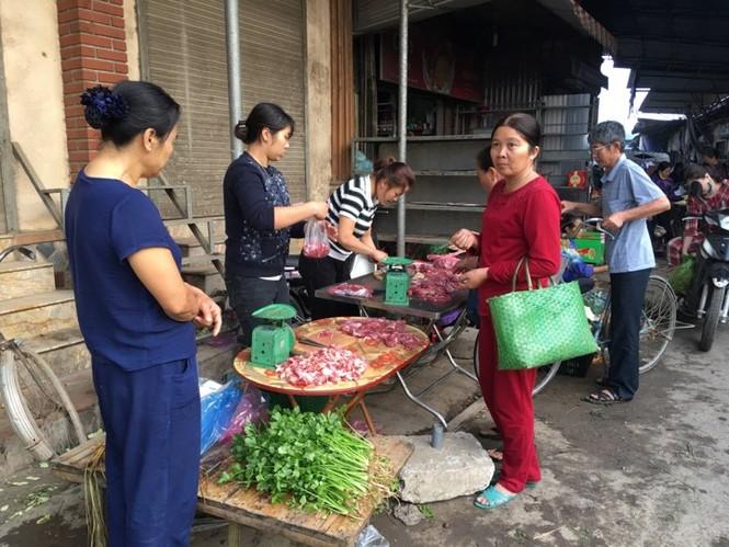 Rau xanh, hoa tươi ở Hà Nội rớt giá thê thảm sau Tết - ảnh 3