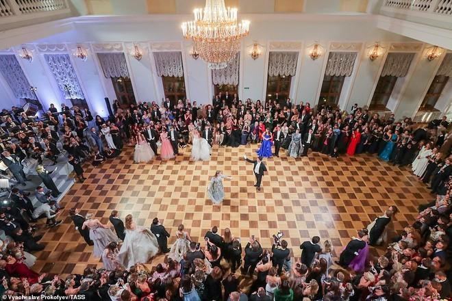 Dạ tiệc trưởng thành của các ái nữ gia đình quyền quý nước Nga - ảnh 1