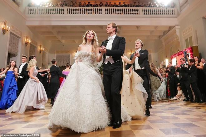 Dạ tiệc trưởng thành của các ái nữ gia đình quyền quý nước Nga - ảnh 5