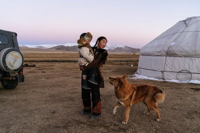 Thiếu nữ Mông Cổ 15 tuổi săn sói và chụp ảnh selfie với đại bàng - ảnh 11
