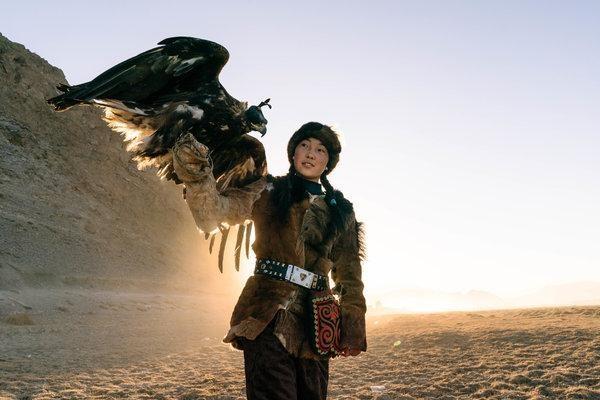 Thiếu nữ Mông Cổ 15 tuổi săn sói và chụp ảnh selfie với đại bàng - ảnh 1