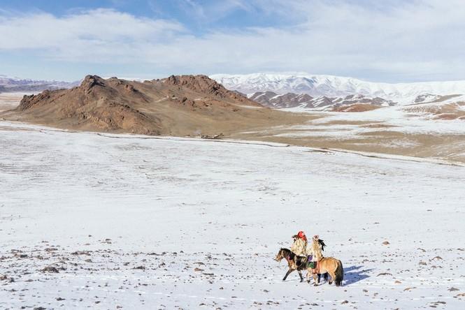 Thiếu nữ Mông Cổ 15 tuổi săn sói và chụp ảnh selfie với đại bàng - ảnh 3