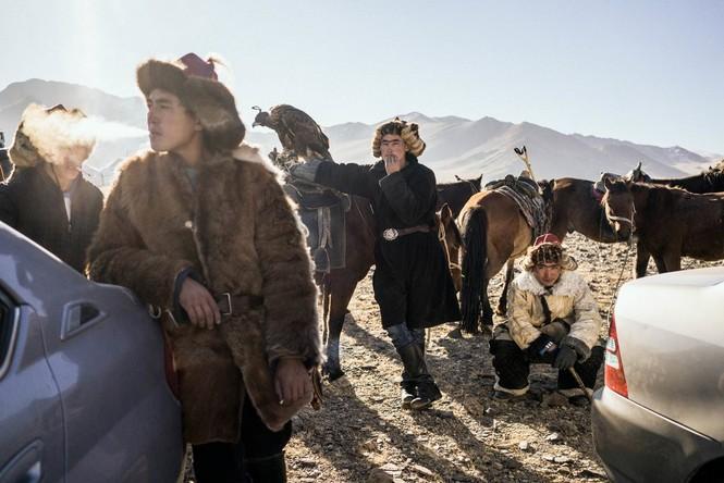 Thiếu nữ Mông Cổ 15 tuổi săn sói và chụp ảnh selfie với đại bàng - ảnh 4