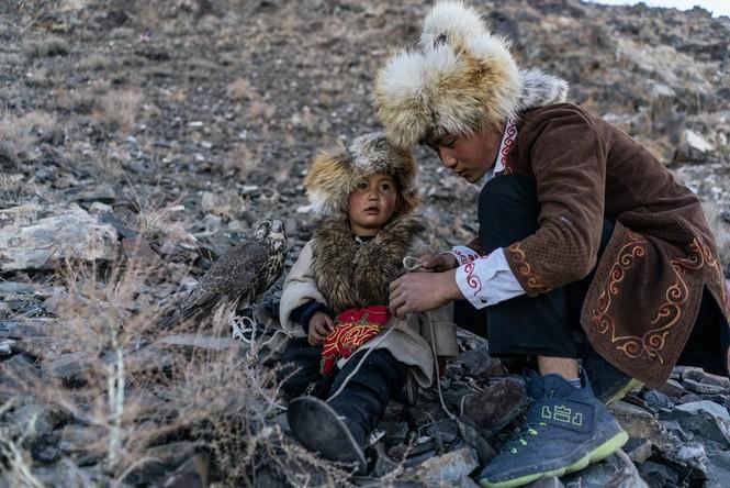 Thiếu nữ Mông Cổ 15 tuổi săn sói và chụp ảnh selfie với đại bàng - ảnh 5