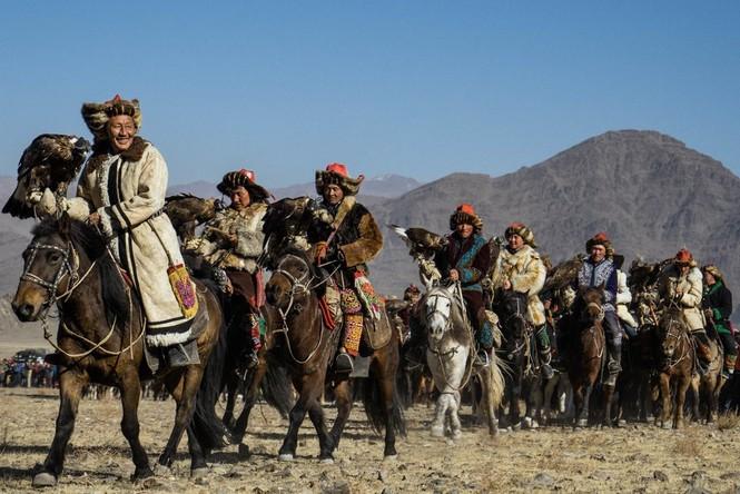 Thiếu nữ Mông Cổ 15 tuổi săn sói và chụp ảnh selfie với đại bàng - ảnh 6