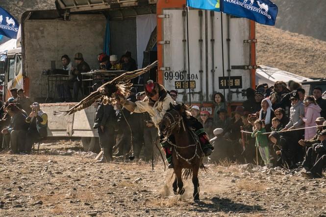 Thiếu nữ Mông Cổ 15 tuổi săn sói và chụp ảnh selfie với đại bàng - ảnh 7