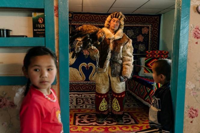 Thiếu nữ Mông Cổ 15 tuổi săn sói và chụp ảnh selfie với đại bàng - ảnh 9