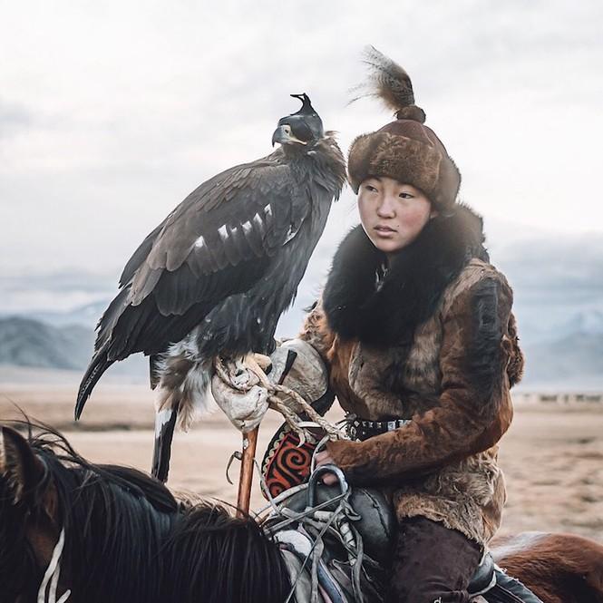 Thiếu nữ Mông Cổ 15 tuổi săn sói và chụp ảnh selfie với đại bàng - ảnh 2