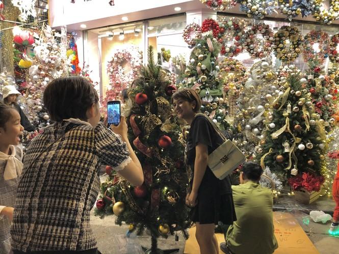Nam thanh, nữ tú nhộn nhịp lên phố Hàng Mã trước thềm Giáng Sinh - ảnh 4