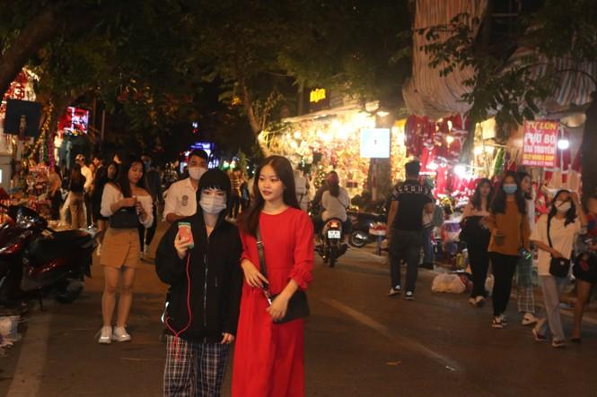 Nam thanh, nữ tú nhộn nhịp lên phố Hàng Mã trước thềm Giáng Sinh - ảnh 2