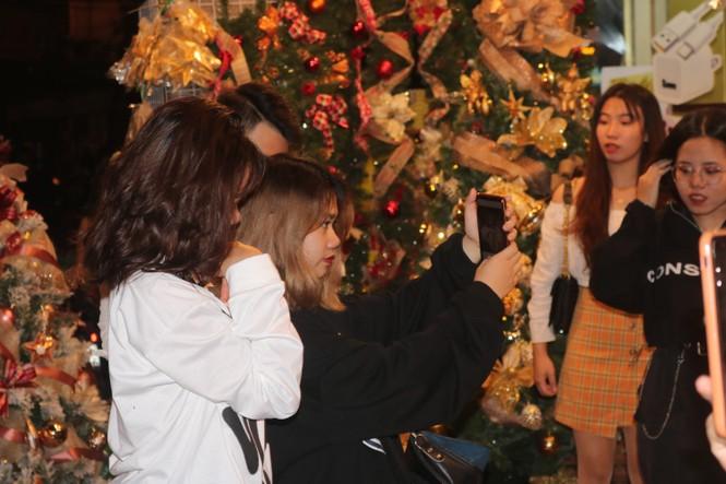 Nam thanh, nữ tú nhộn nhịp lên phố Hàng Mã trước thềm Giáng Sinh - ảnh 3