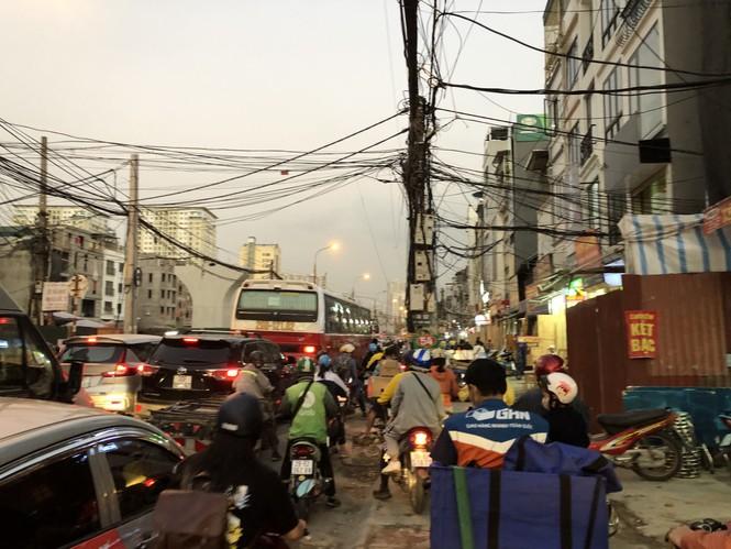 Những 'con đường đau khổ' đầy khói bụi ở Hà Nội - ảnh 9