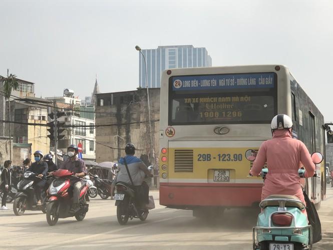 Những 'con đường đau khổ' đầy khói bụi ở Hà Nội - ảnh 1