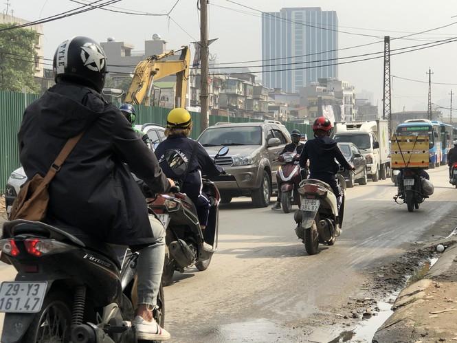 Những 'con đường đau khổ' đầy khói bụi ở Hà Nội - ảnh 8