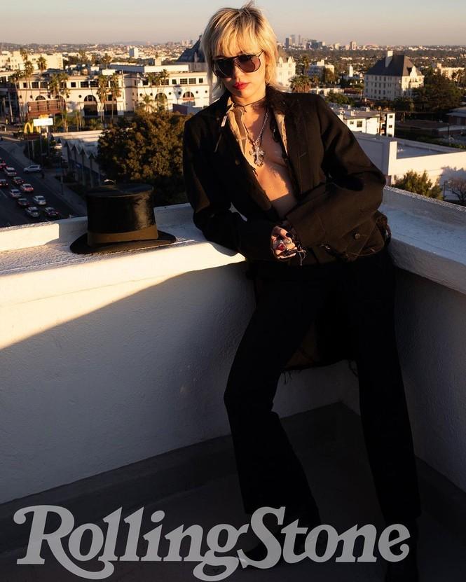 Miley Cyrus phô ngực trần táo bạo trên tạp chí - ảnh 3