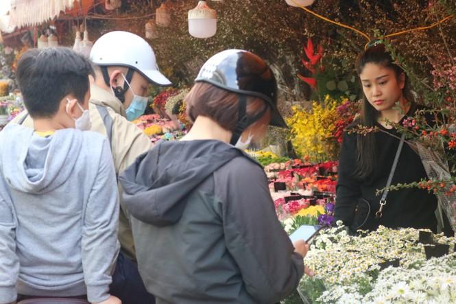 Đào Nhật Tân nở sớm, tràn ngập chợ hoa đón Tết Dương lịch  - ảnh 4