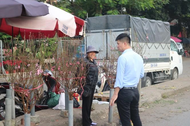 Đào Nhật Tân nở sớm, tràn ngập chợ hoa đón Tết Dương lịch  - ảnh 5