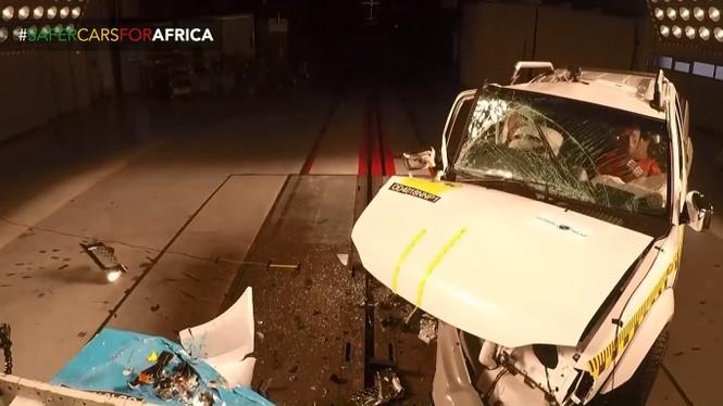Đầu xe Nissan Navara bị vỡ vụn
