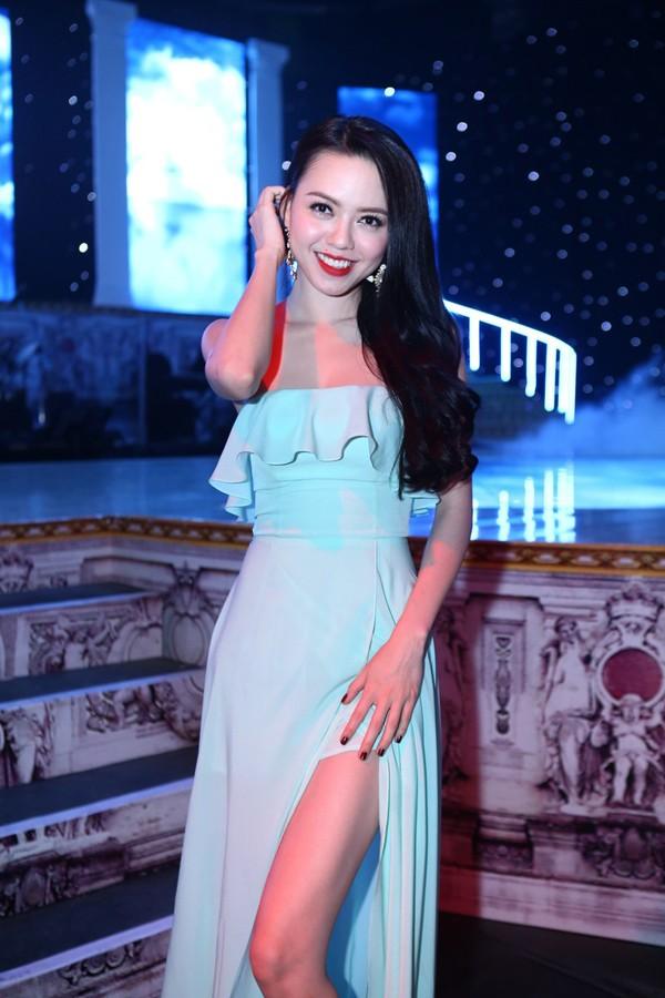 Phi Thanh Vân mặc váy công chúa, ôm chặt 'trai lạ' - ảnh 7
