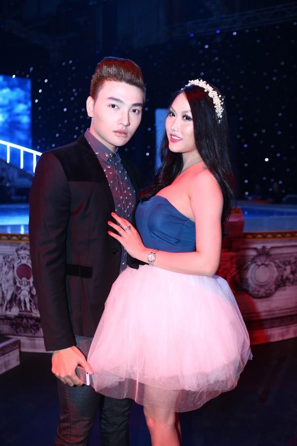 Phi Thanh Vân mặc váy công chúa, ôm chặt 'trai lạ' - ảnh 4