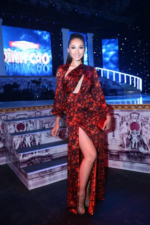 Phi Thanh Vân mặc váy công chúa, ôm chặt 'trai lạ' - ảnh 6