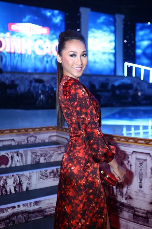 Phi Thanh Vân mặc váy công chúa, ôm chặt 'trai lạ' - ảnh 5