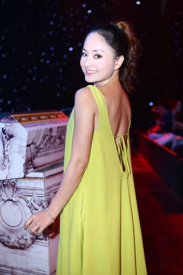 Phi Thanh Vân mặc váy công chúa, ôm chặt 'trai lạ' - ảnh 10