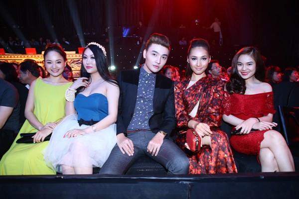 Phi Thanh Vân mặc váy công chúa, ôm chặt 'trai lạ' - ảnh 13
