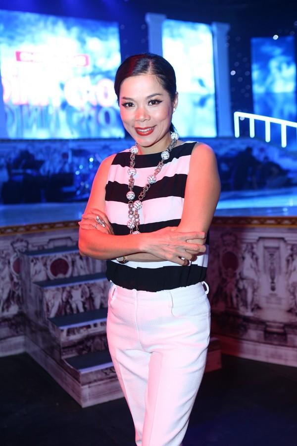 Phi Thanh Vân mặc váy công chúa, ôm chặt 'trai lạ' - ảnh 11