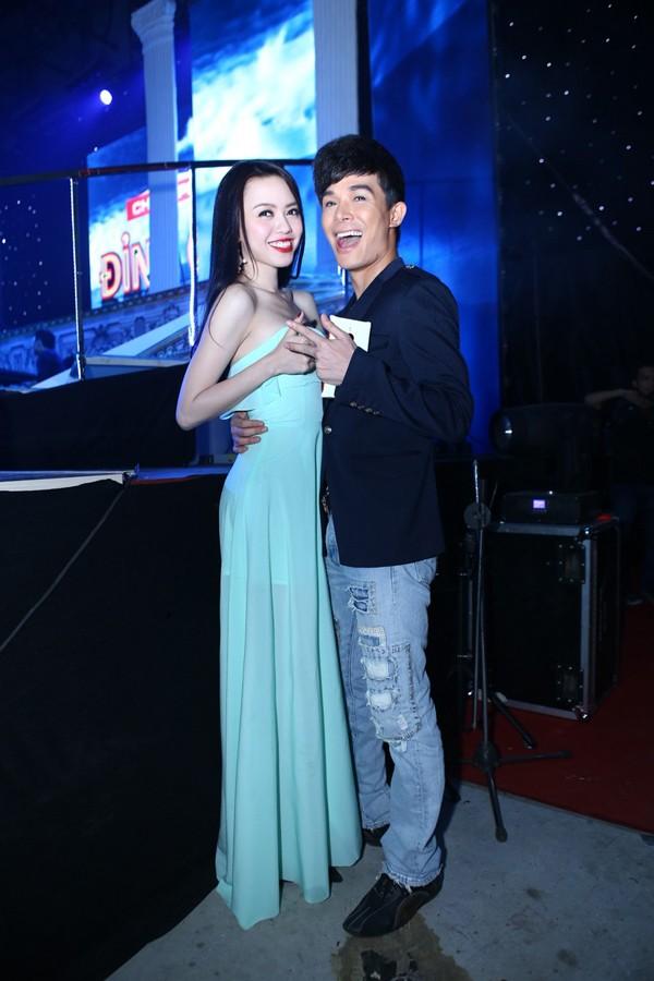 Phi Thanh Vân mặc váy công chúa, ôm chặt 'trai lạ' - ảnh 9