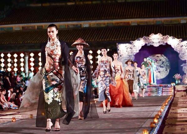 Hồng Quế mặc áo dài 'độc', múa trên sàn catwalk - ảnh 4