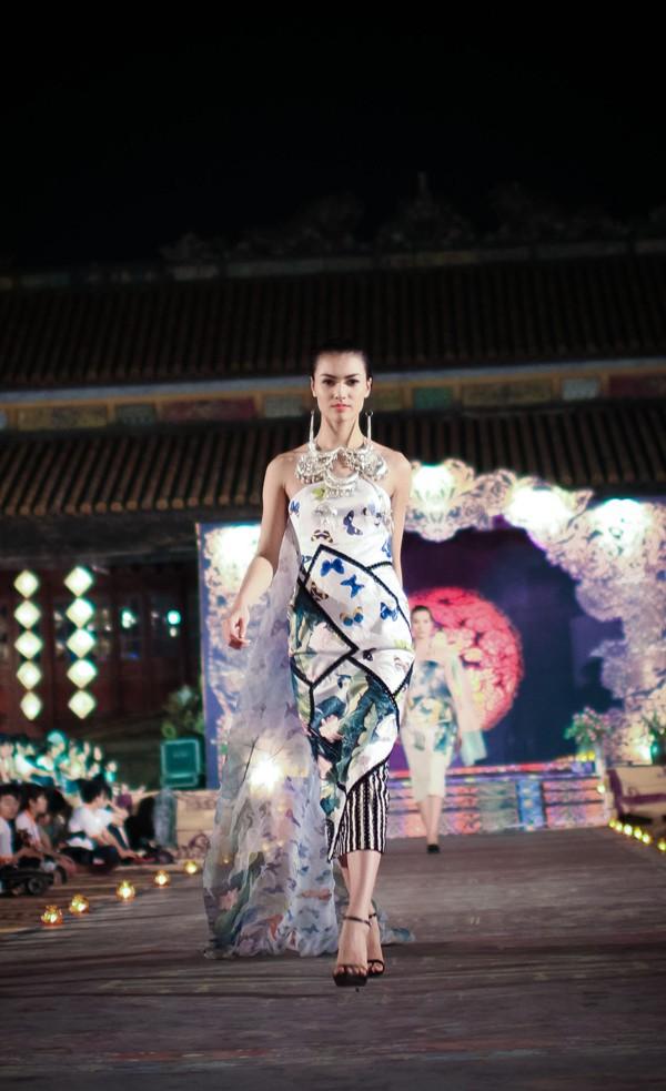 Hồng Quế mặc áo dài 'độc', múa trên sàn catwalk - ảnh 2
