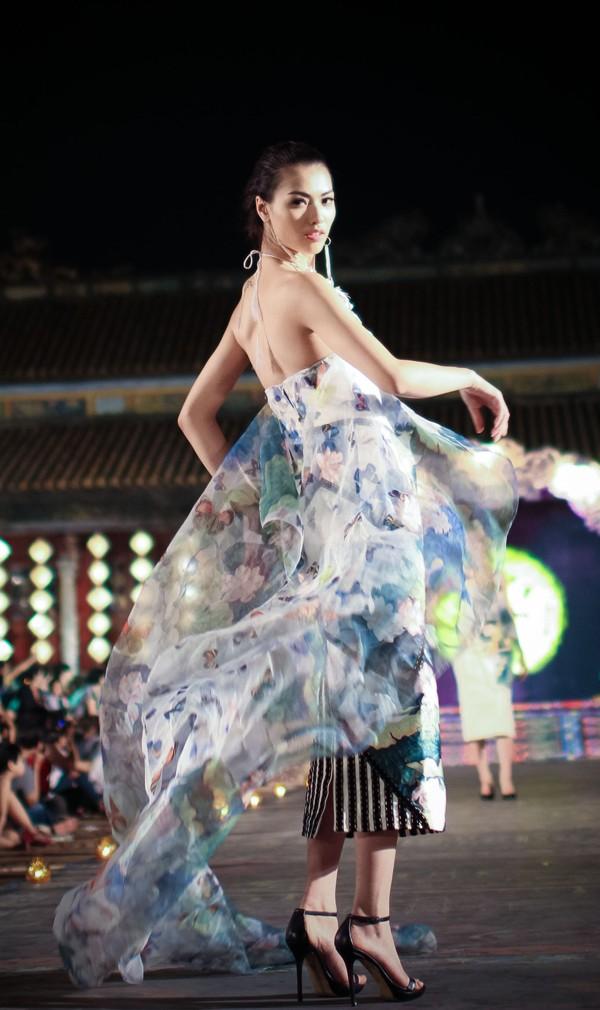 Hồng Quế mặc áo dài 'độc', múa trên sàn catwalk - ảnh 3