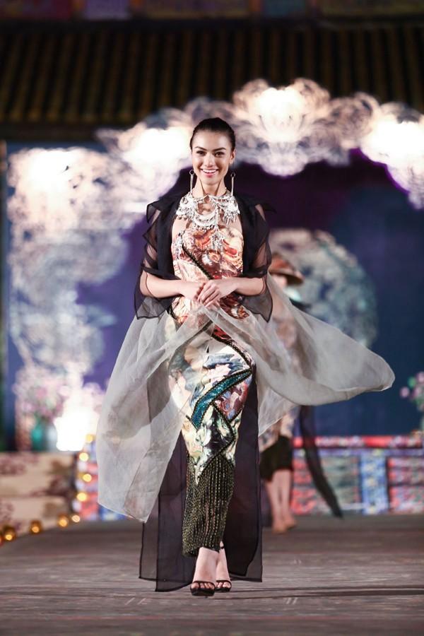 Hồng Quế mặc áo dài 'độc', múa trên sàn catwalk - ảnh 1