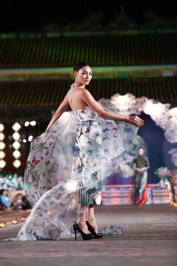 Hồng Quế mặc áo dài 'độc', múa trên sàn catwalk - ảnh 5