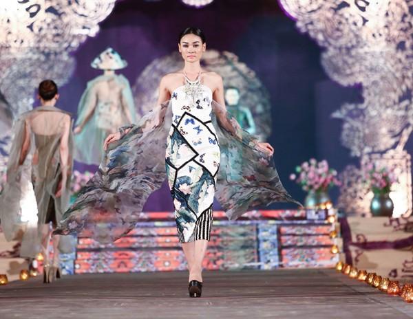 Hồng Quế mặc áo dài 'độc', múa trên sàn catwalk - ảnh 7