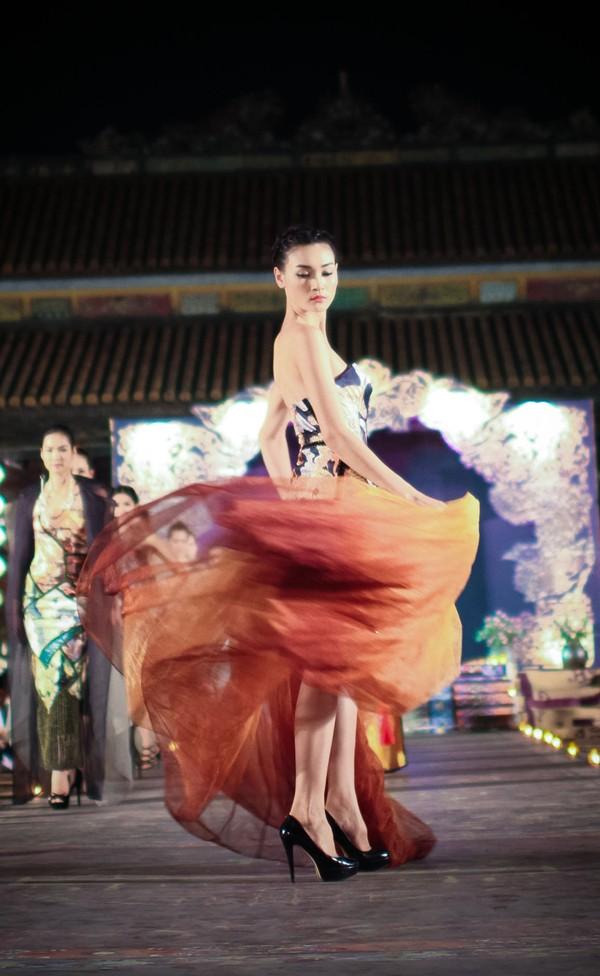 Hồng Quế mặc áo dài 'độc', múa trên sàn catwalk - ảnh 6