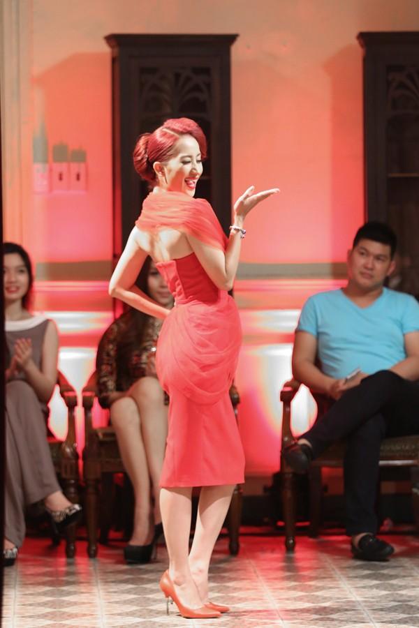 Khánh Thi mặc váy xẻ ngực, làm người mẫu - ảnh 4