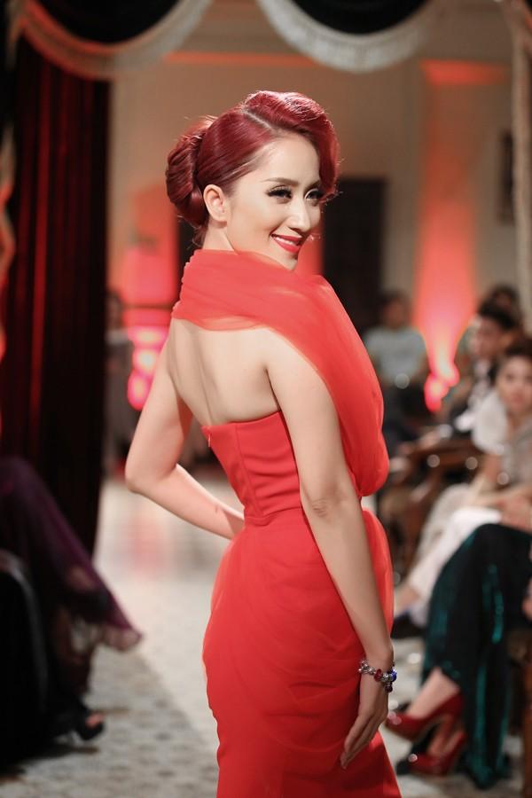 Khánh Thi mặc váy xẻ ngực, làm người mẫu - ảnh 2