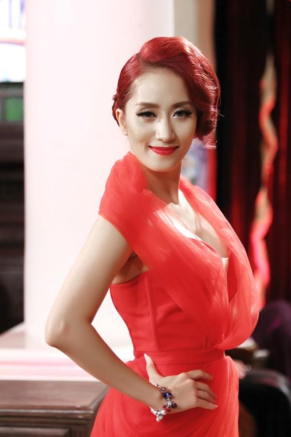 Khánh Thi mặc váy xẻ ngực, làm người mẫu - ảnh 3