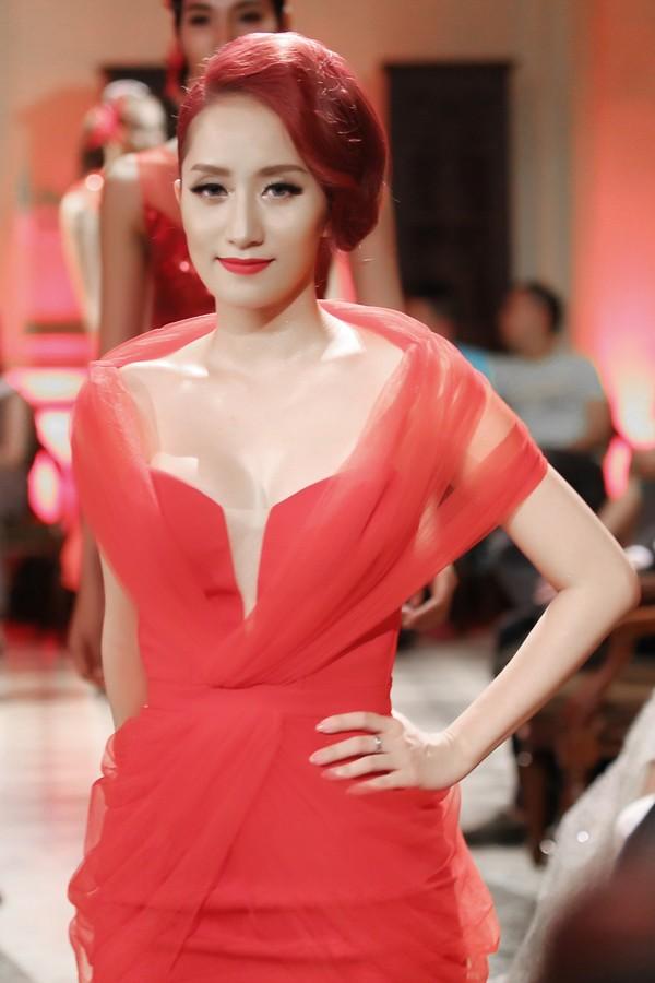 Khánh Thi mặc váy xẻ ngực, làm người mẫu - ảnh 1