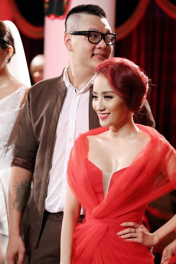 Khánh Thi mặc váy xẻ ngực, làm người mẫu - ảnh 5