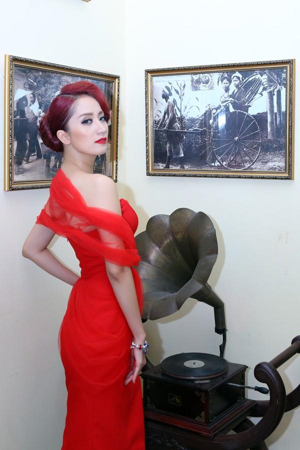 Khánh Thi mặc váy xẻ ngực, làm người mẫu - ảnh 7