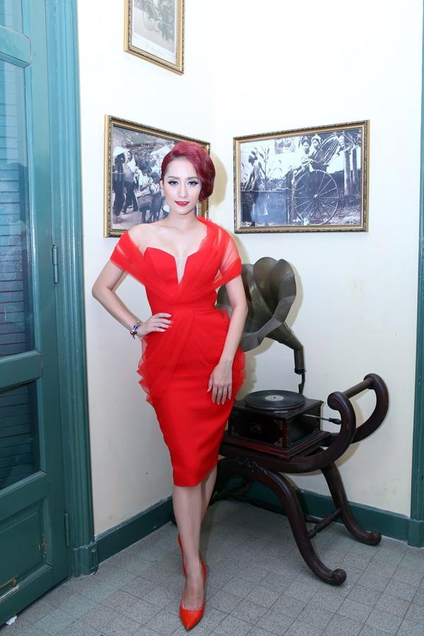 Khánh Thi mặc váy xẻ ngực, làm người mẫu - ảnh 12