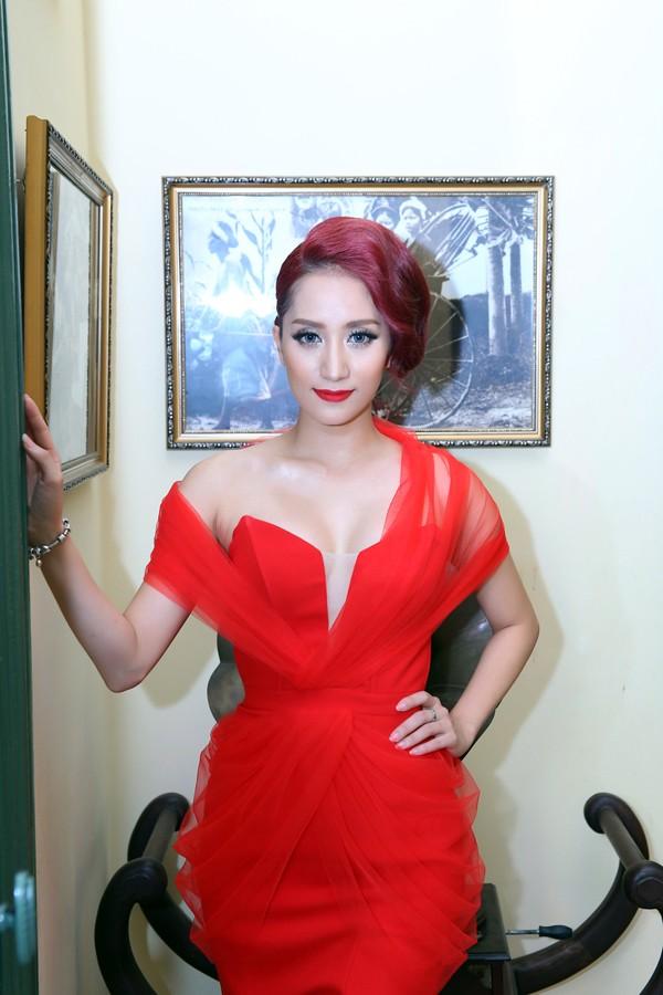 Khánh Thi mặc váy xẻ ngực, làm người mẫu - ảnh 8