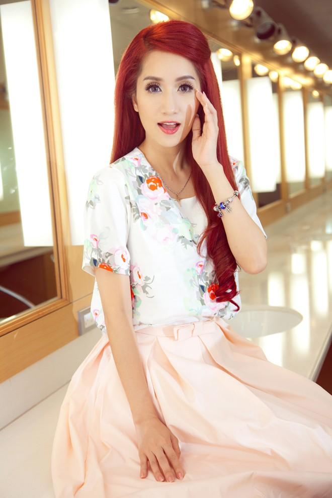 Khánh Thi mặc váy hoa, chu môi xì-tin như thiếu nữ - ảnh 3