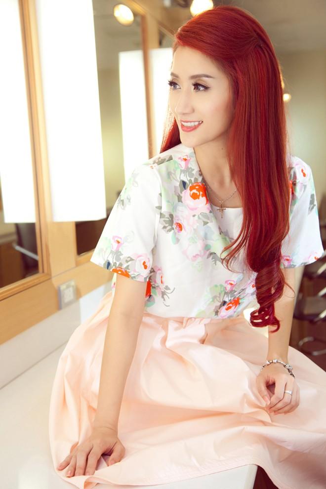 Khánh Thi mặc váy hoa, chu môi xì-tin như thiếu nữ - ảnh 4