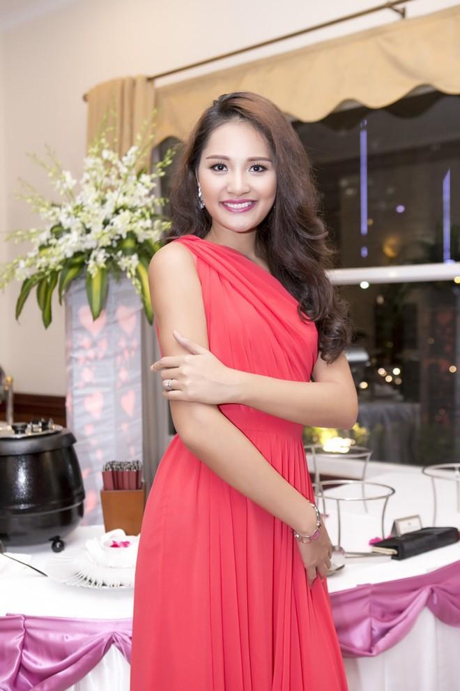 Hoa hậu Hương Giang kiêu sa với váy dạ hội đỏ rực - ảnh 7