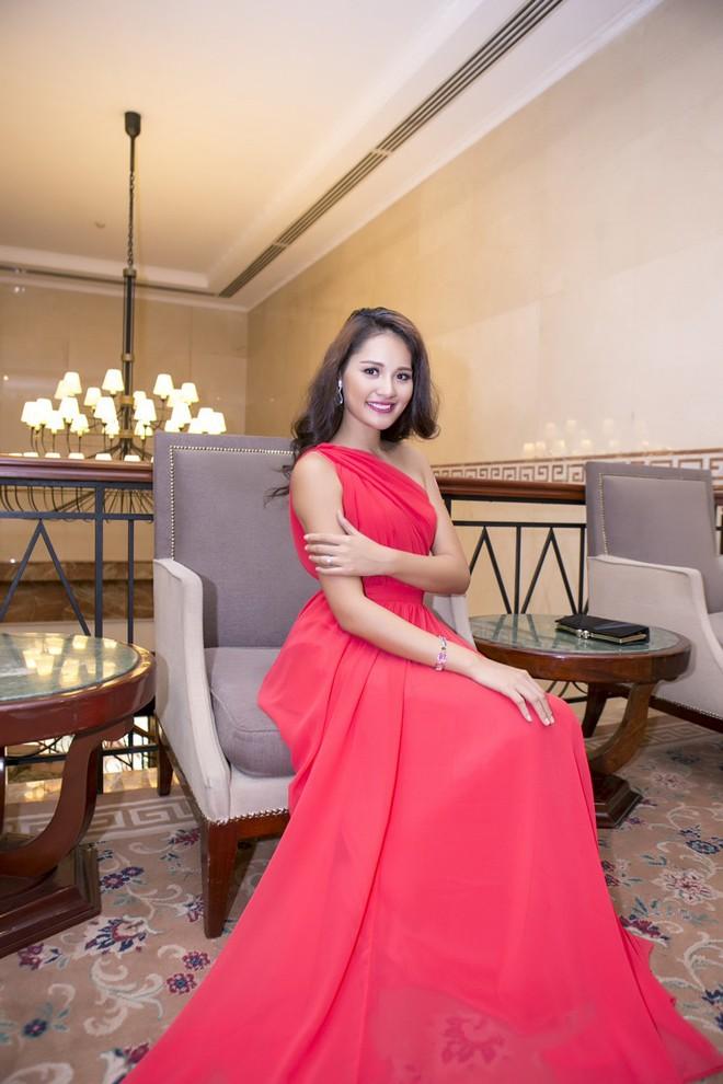 Hoa hậu Hương Giang kiêu sa với váy dạ hội đỏ rực - ảnh 8