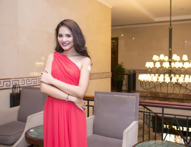 Hoa hậu Hương Giang kiêu sa với váy dạ hội đỏ rực - ảnh 4